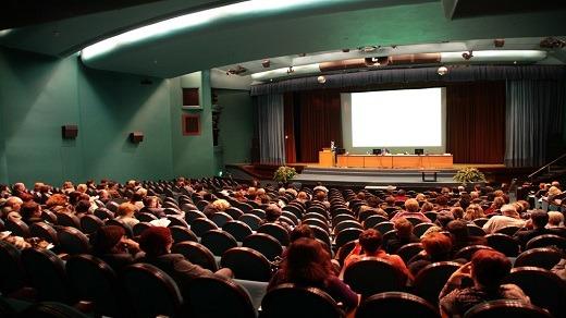 Badgy - Témoignage de Lombard International Assurance sur la création de badges évènementiels - Salle de conférence