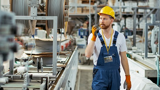 Une salarié en entreprise industrielle portant un badge d'identification Badgy