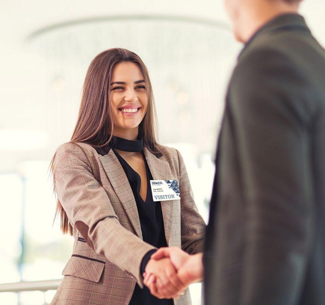 Personnalisation d'un badge visiteur lors d'une rencontre en entreprise