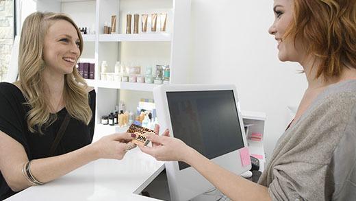 Echange entre une coiffeuse et sa cliente d'une carte de fidélité réalisée avec la solution Badgy
