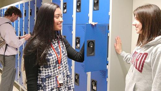 Etudiantes en pleine discussion avec à leur cou leur carte d'étudiant