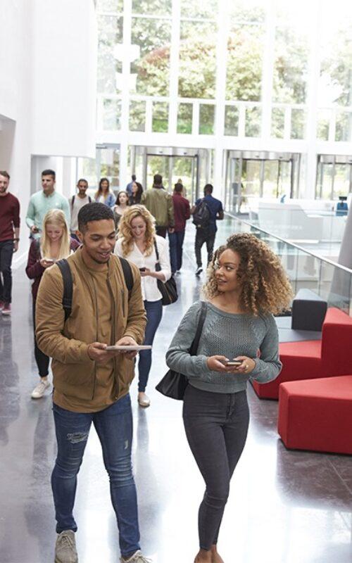 étudiants d'une même université identifié grâce à des cartes scolaires personnalisées Badgy