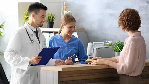 Prse de rendez-vous chez un médecin grâce au badge d'identification de patient Badgy