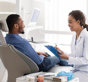 Dentiste, avec son patient, identifié grâce à un badge personnalisé grâce à la solution badgy